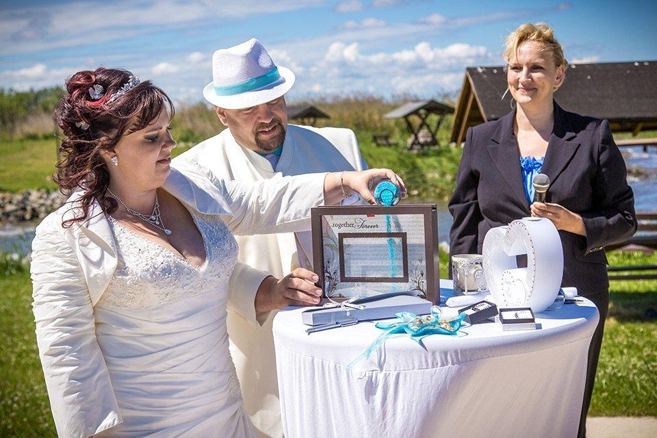 Brautpaar am Esstisch