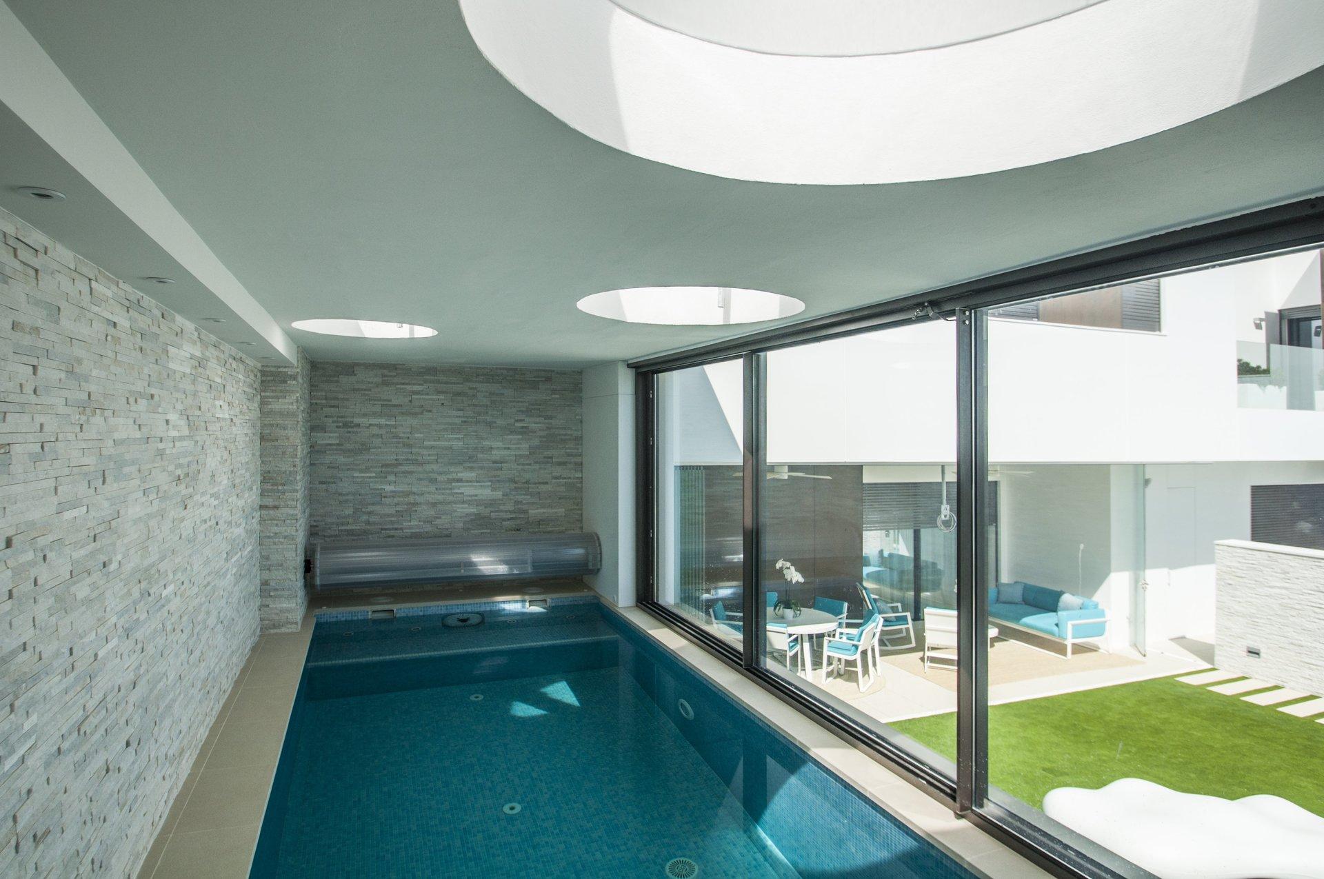 Piscinas climatizadas de diseño en vivienda unifamiliar moderna en Almeria. Arquitectura moderna en Almeria. Interiorismo Almeria.