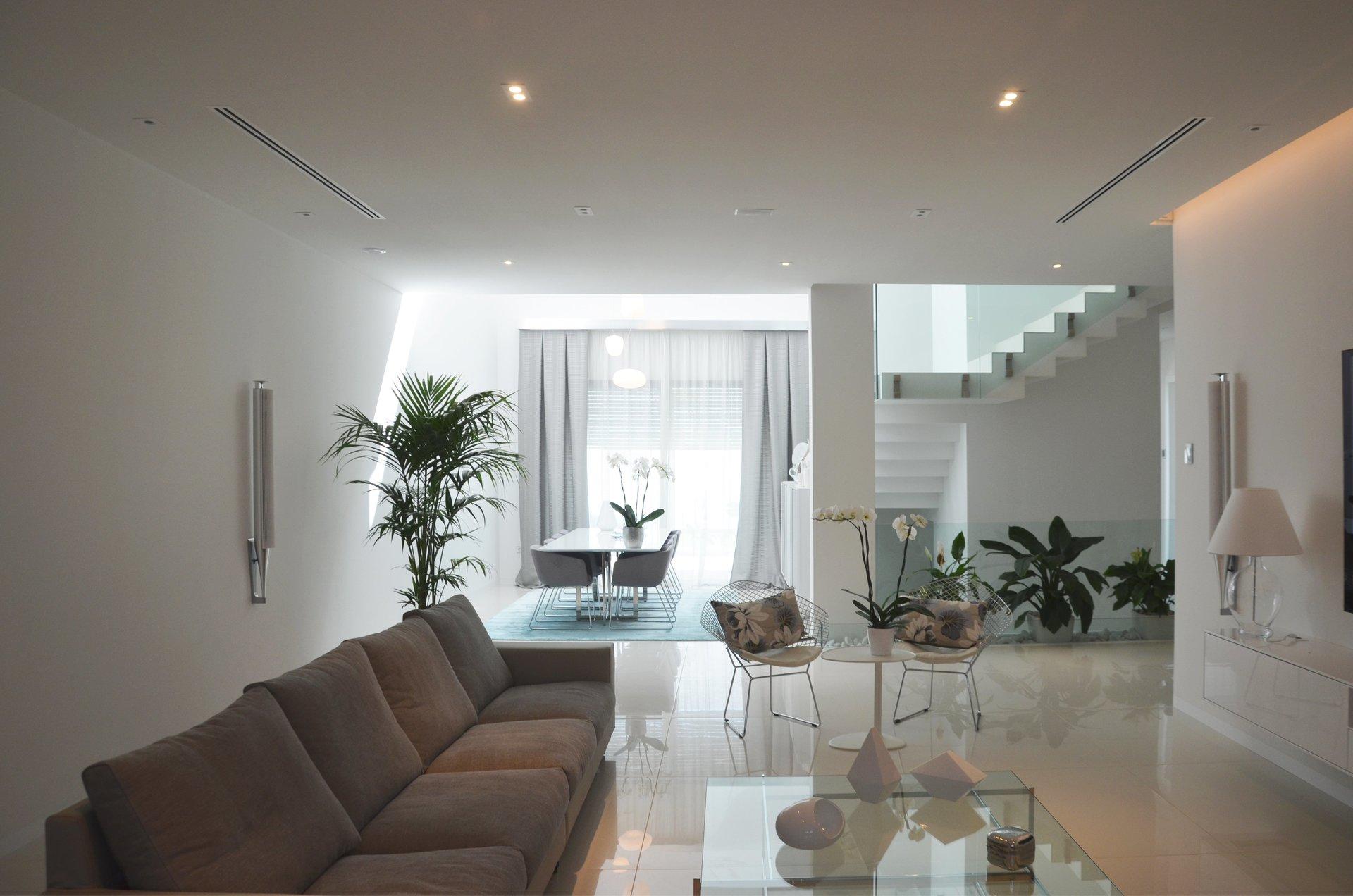 Salón de diseño en vivienda unifamiliar moderna en Almeria. Arquitectura moderna en Almeria. Interiorismo Almeria.
