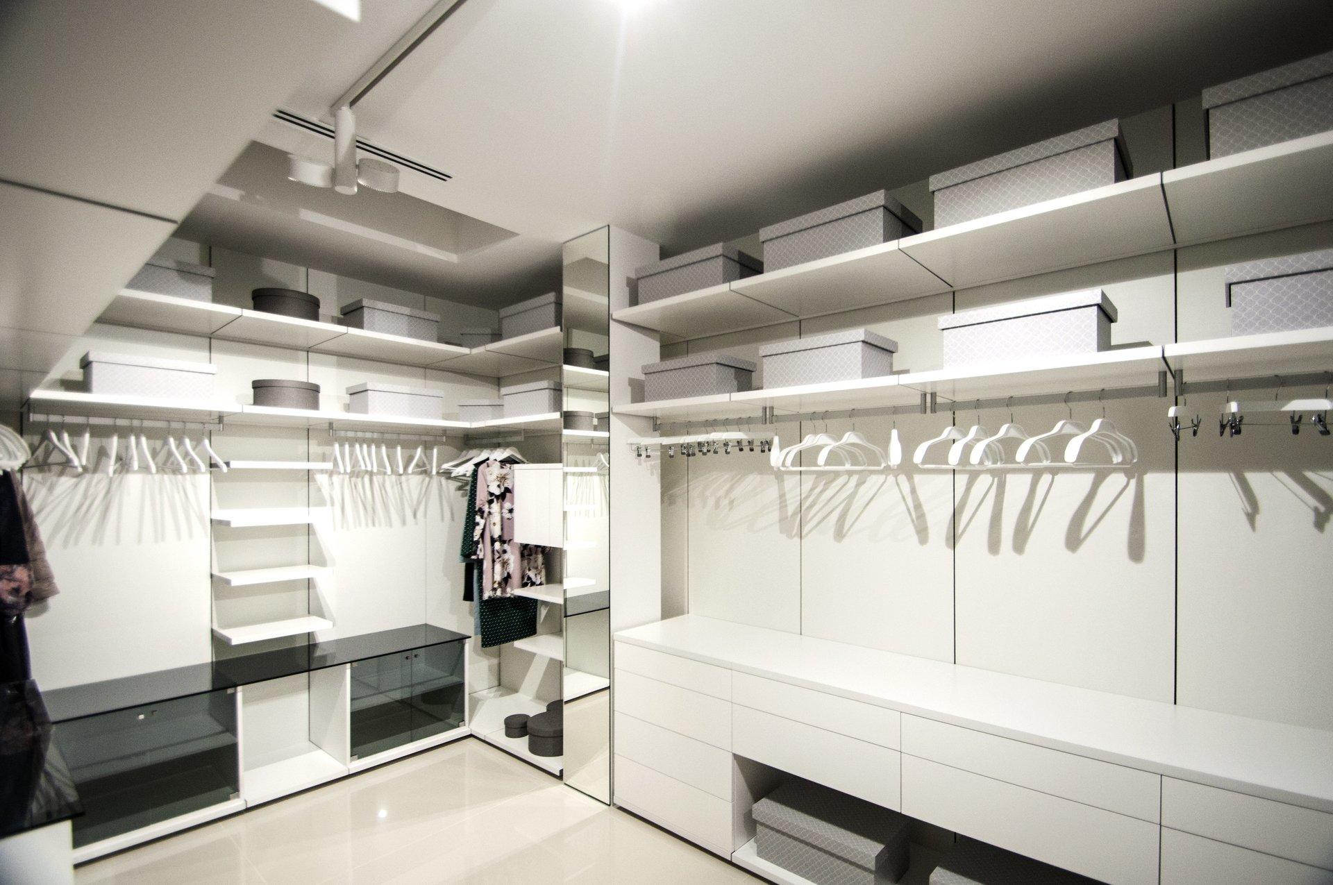 Vestidor de diseño en vivienda unifamiliar moderna en Almeria. Arquitectura moderna en Almeria. Interiorismo Almeria.