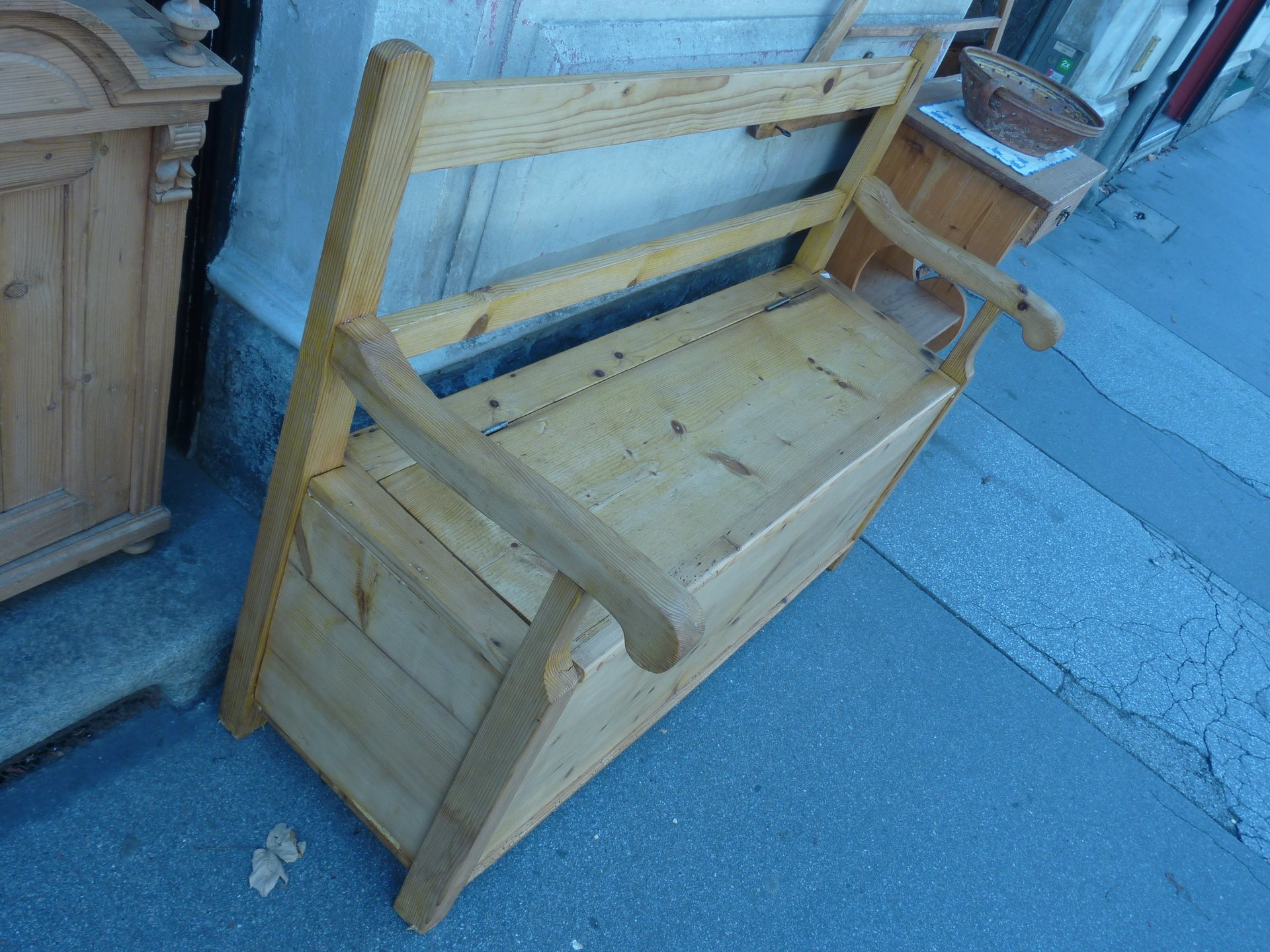 Antike Truhenbänke, Bauernbänke, Stühle