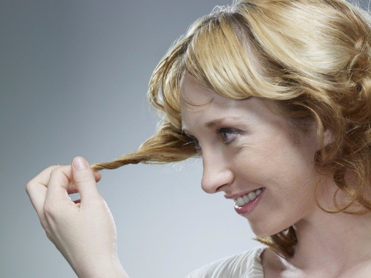 Lacide de nicotine avec lhuile pour les cheveux