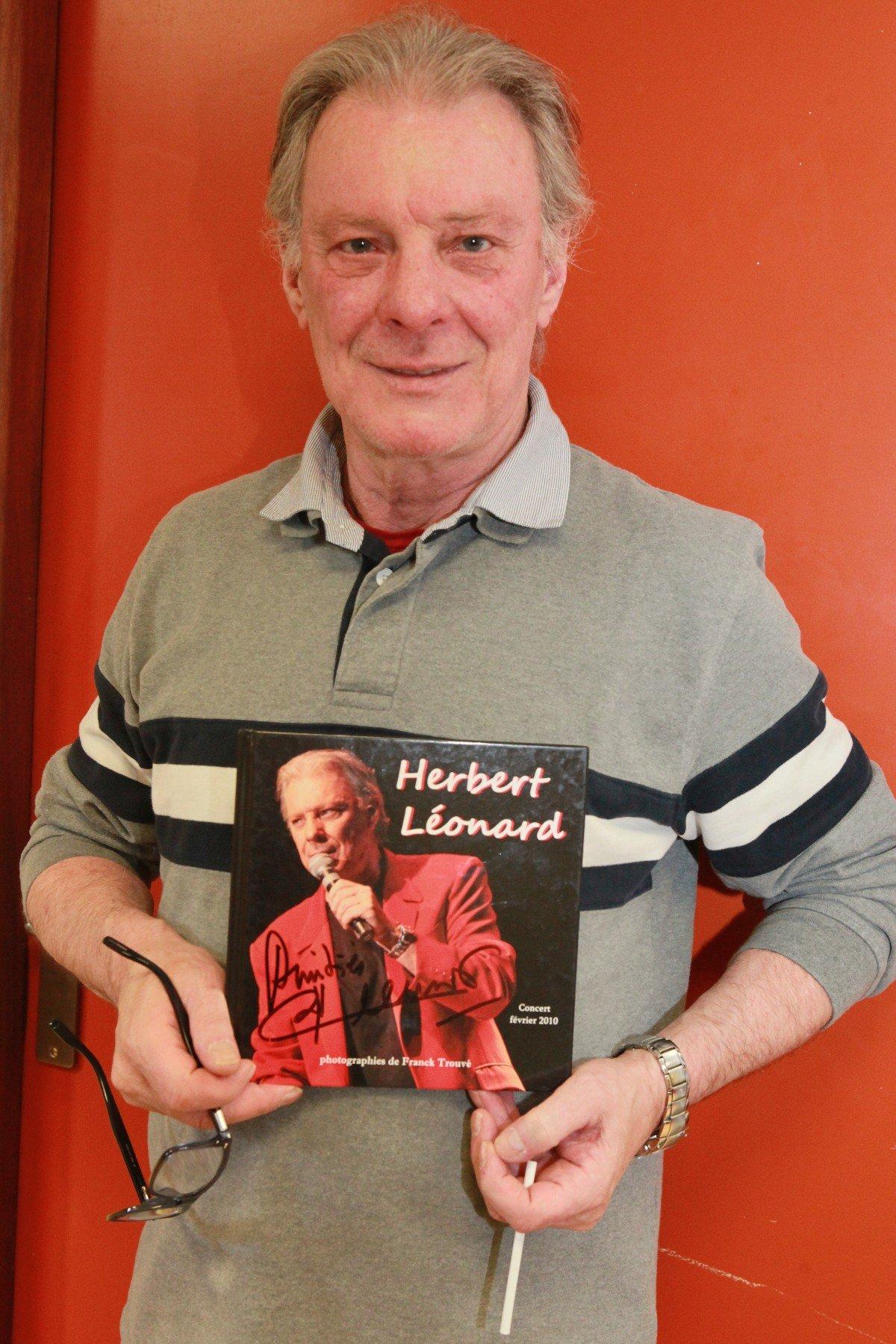 herbert leonard avec le livre du photographe franck trouvé