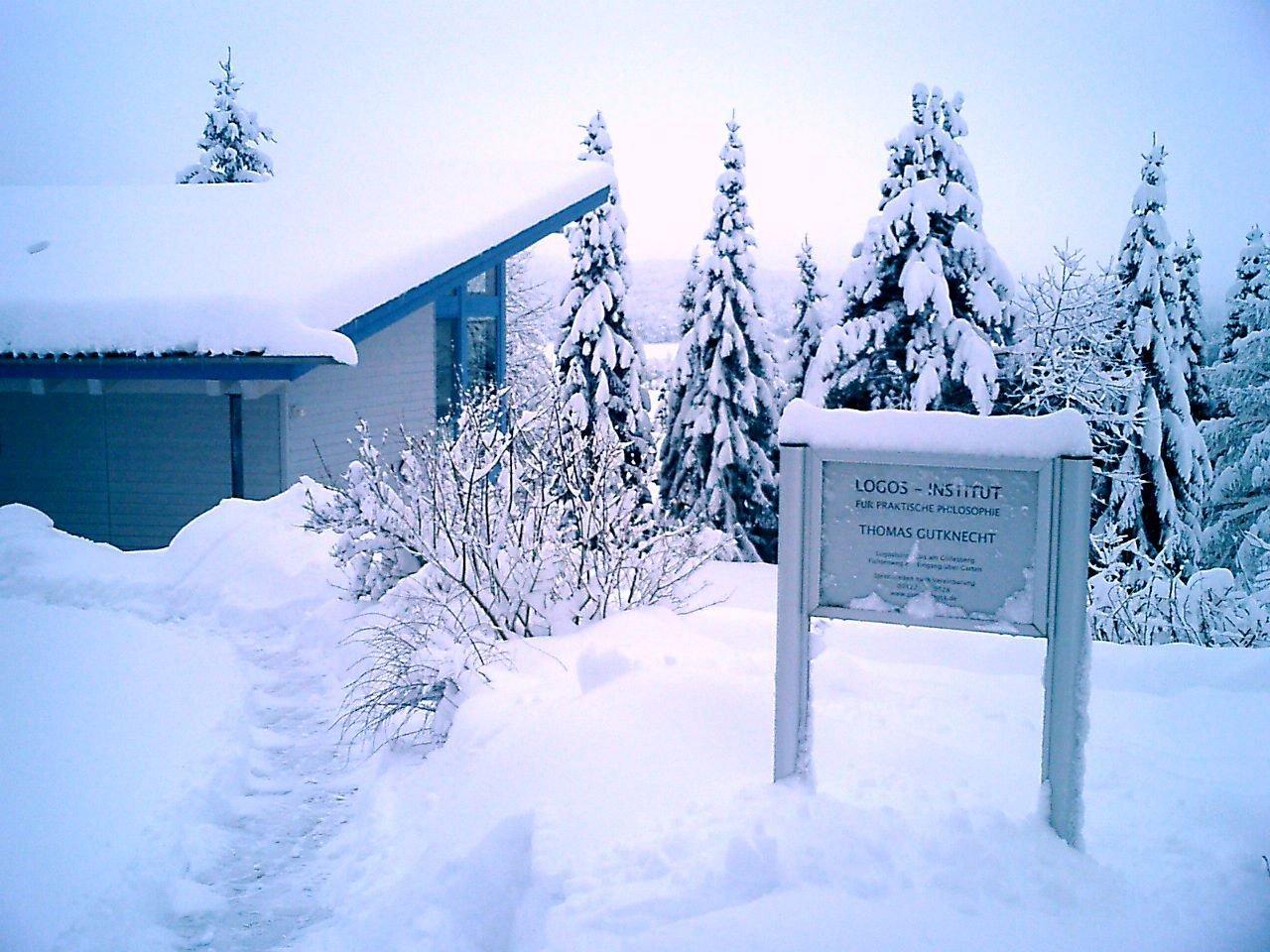 Logos-Institut Eingang im Winter
