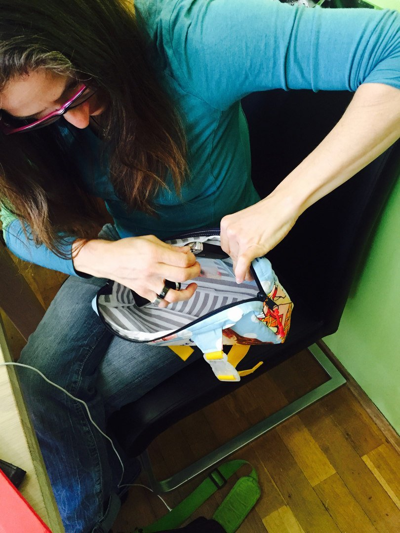 Katja befüllt den Bauchladen