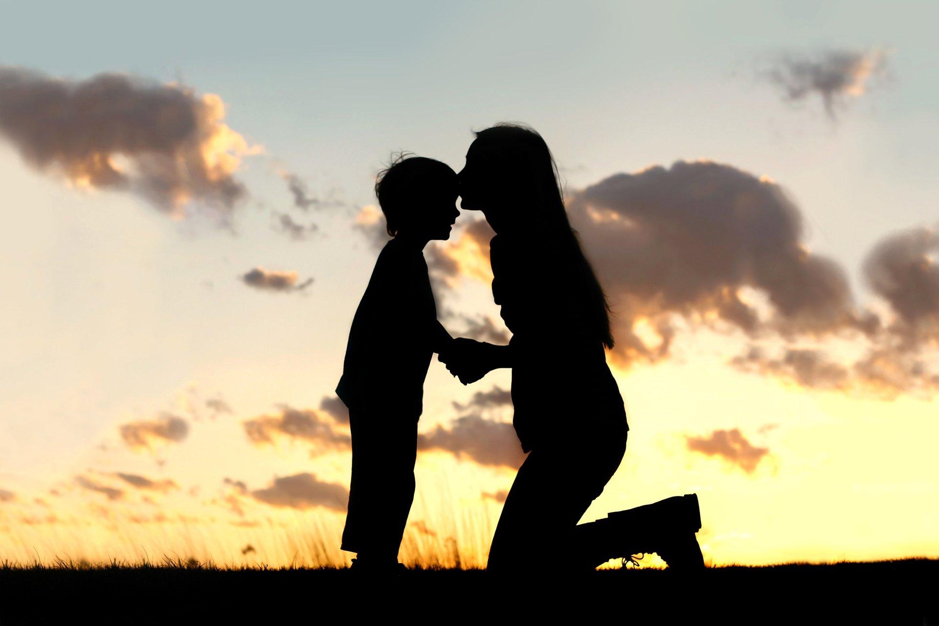 Картинка мамы с сыном со спины
