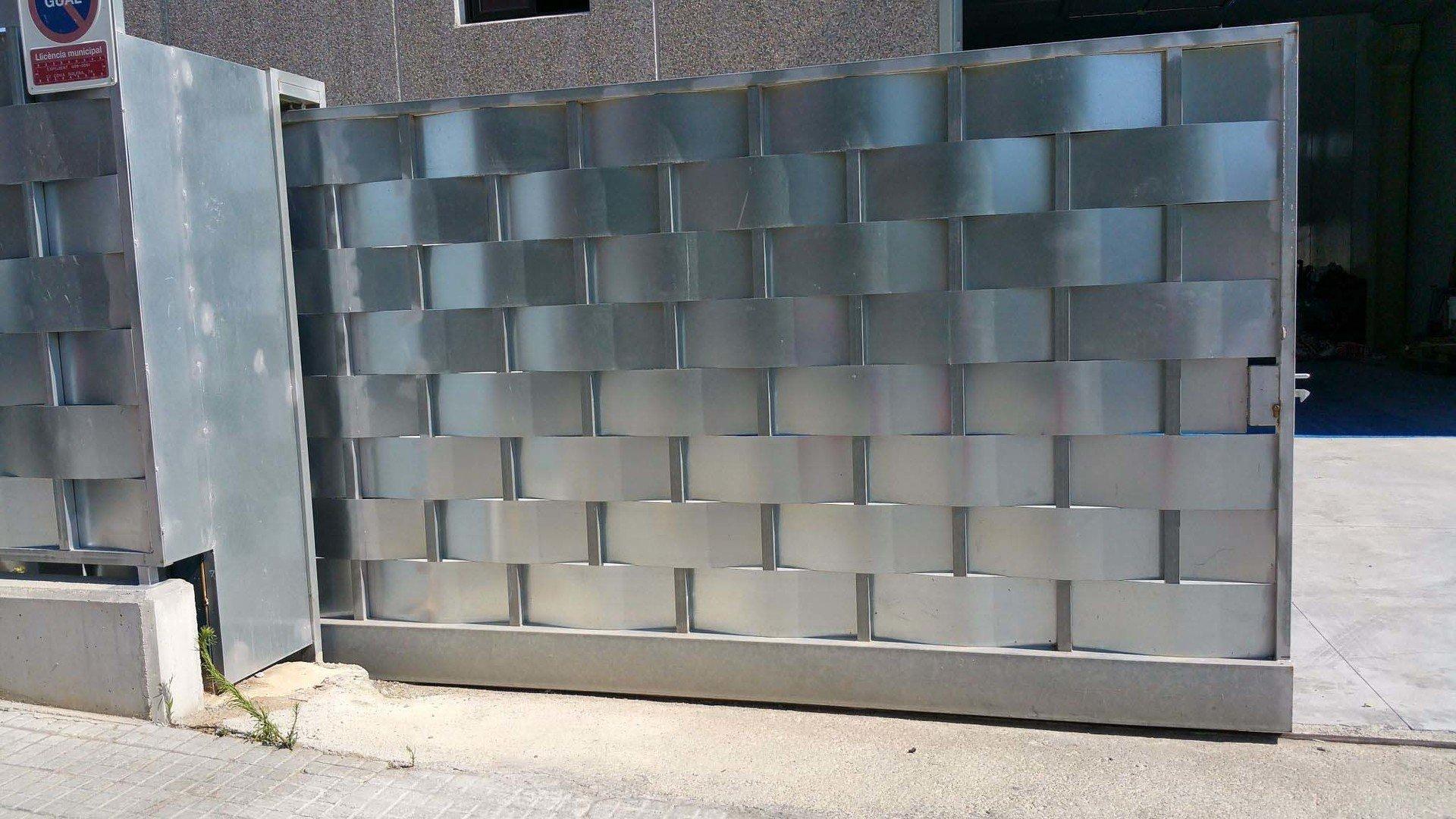 Venta e instalaci n puertas met licas correderas - Puertas para cerramientos ...