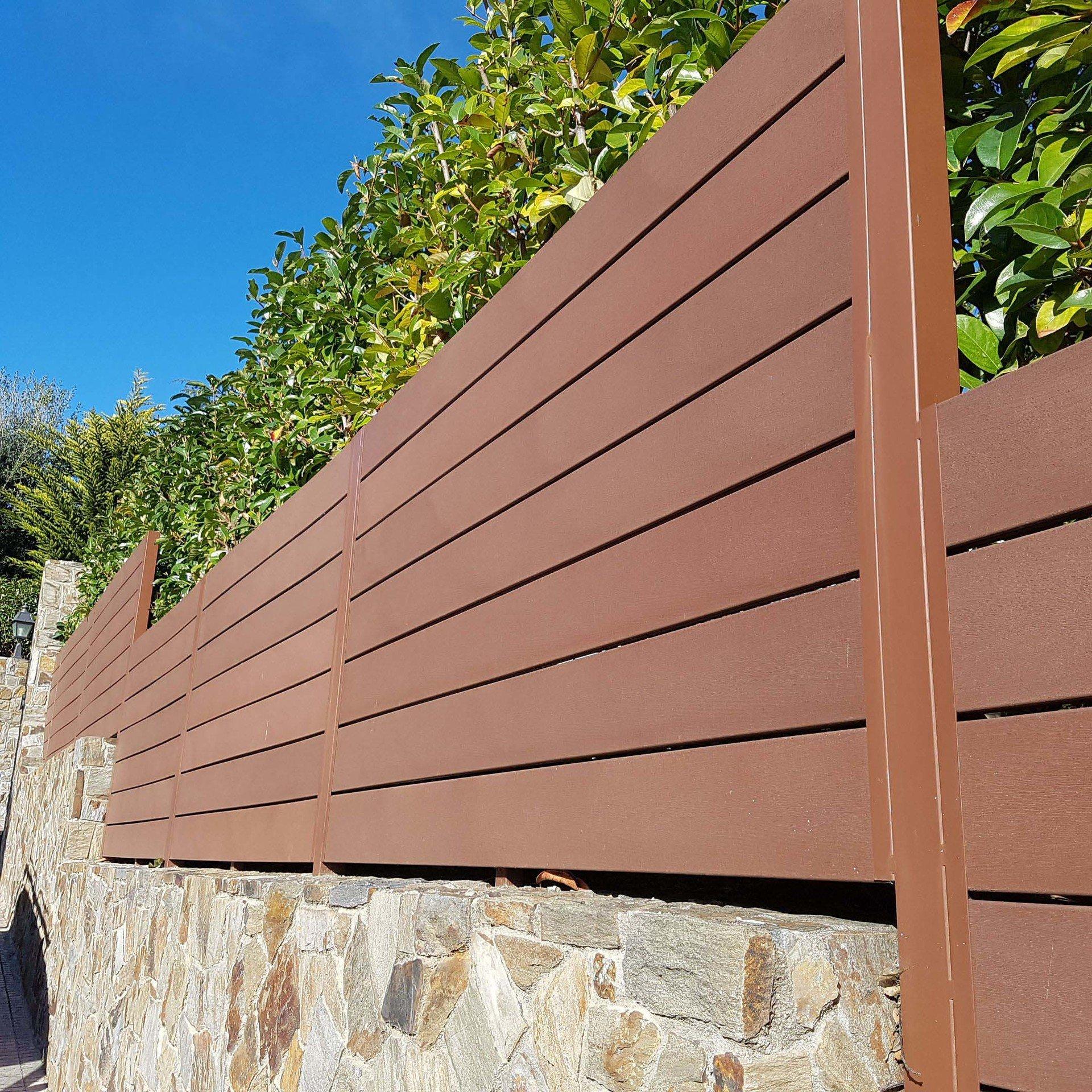 Venta e instalaci n de vallas y verjas en barcelona for Vallas de pvc para jardin