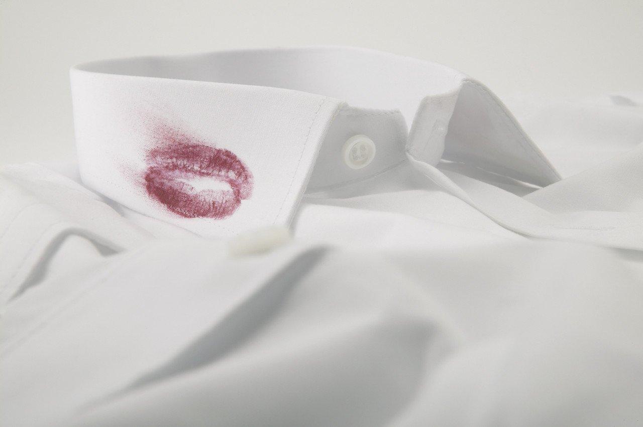 Camisa con mancha de labios en cuello