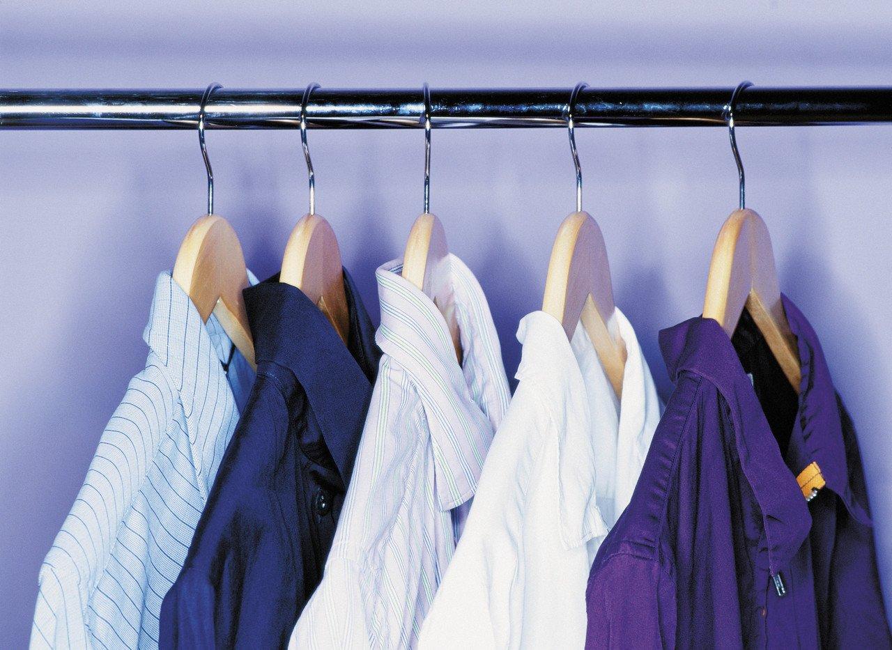 Camisas en perchas colgadas